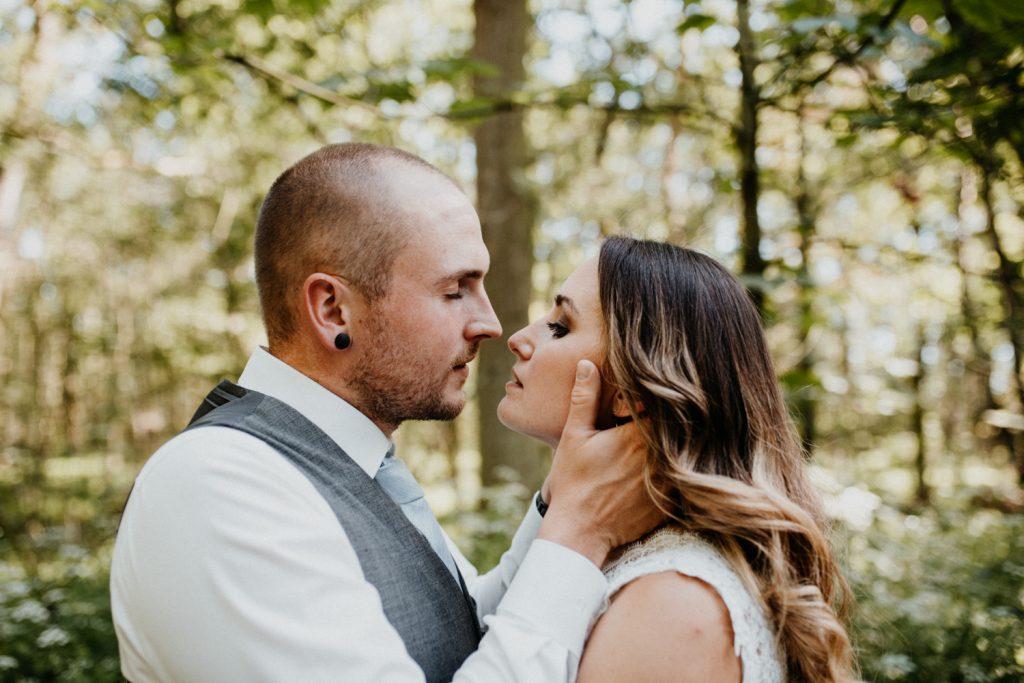 Brautpaar sieht sich in die Augen, schöner Moment währens Brautpaarshooting