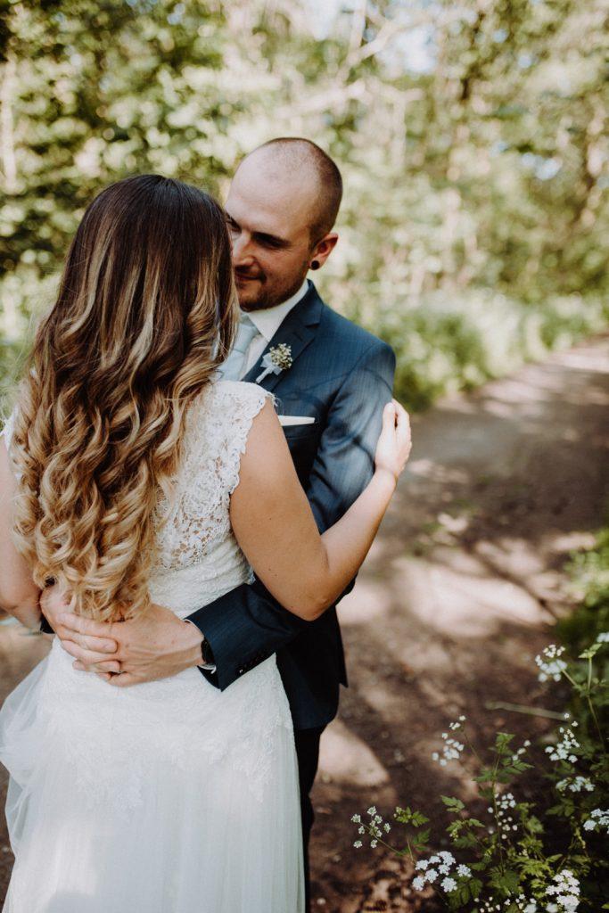Fotograf Hochzeit Pfalz, Brautpaar umarmt sich