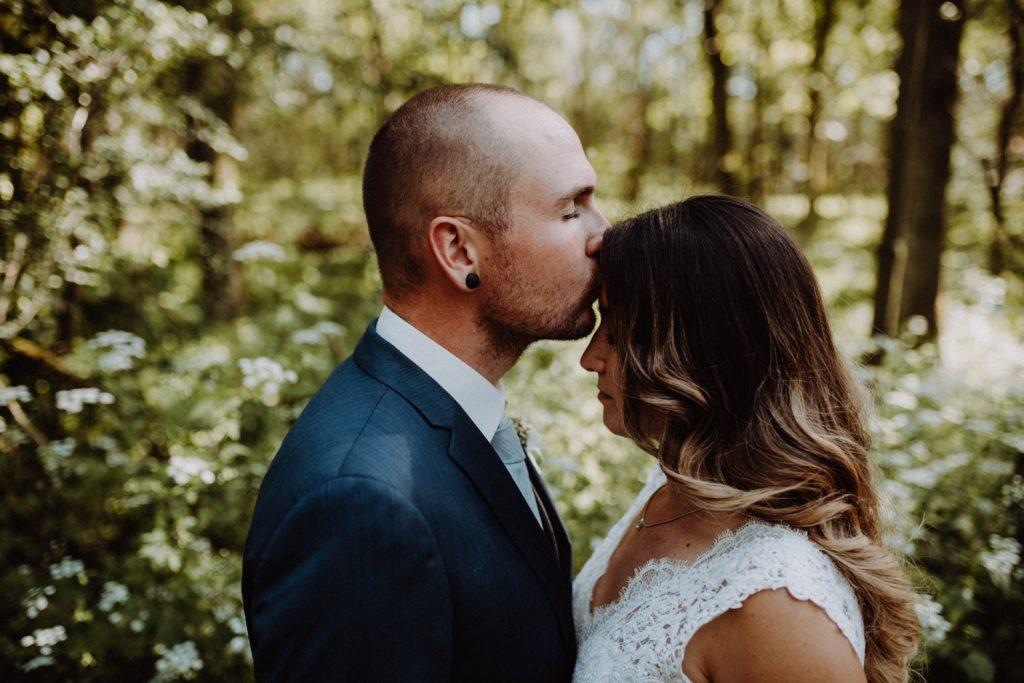Fotograf Hochzeit Pfalz, bräutigam küsst Braut auf stirn
