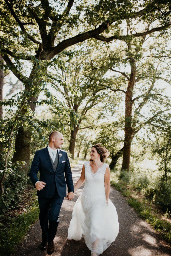 Brautpaar läuft auf Fotograf zu, Hochzeit in neustadt Weinstrasse