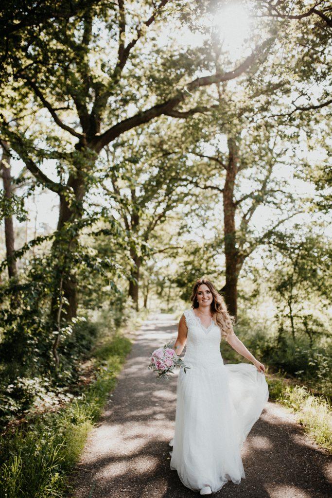 Braut läuft schnell und dreht sich, Haare und Kleid fliegen